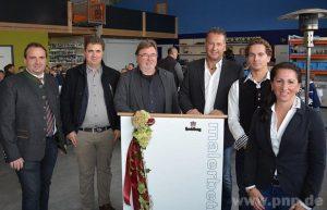 Mit der Unternehmerfamilie Kral (v.r.) Tanja, Dennis und Bernhard freuten sich die Architekten Leonhard und Tobias Maier und Bürgermeister Stefan Lang über die neuen Gebäude. − Foto: Rücker